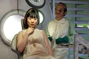 A l'avant-plan, Sonmi-451 incarnée par Donna Bae, un relative inconnue... Et à l'arrière plan, quelqu'un de très connu !