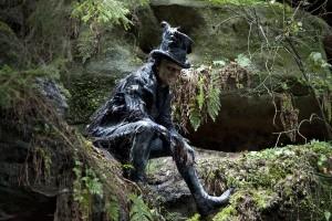 Le méchant Hugo Weaving... Dans ce film, 6 époques, 6 rôles, 6 salauds... Pas de bol à la distribution on dirait.